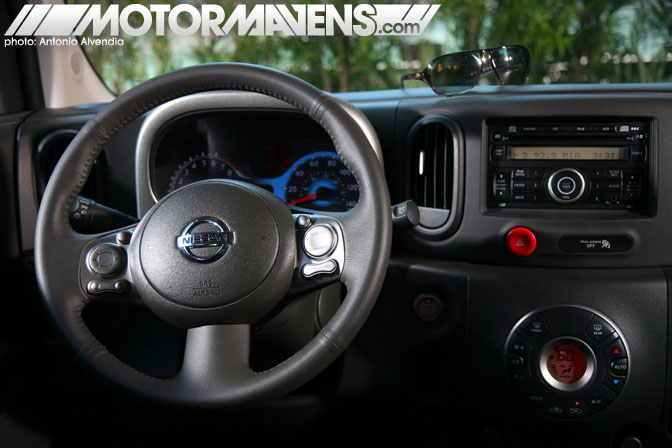 Nissan Cube steering wheel interior