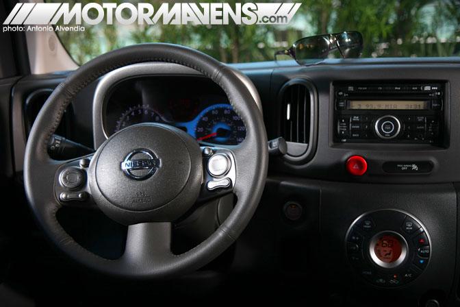 Nissan Cube steering wheel interior