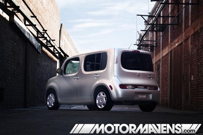 white Nissan Cube krom